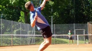 テニスの一球目のことを何で「サービス」という?